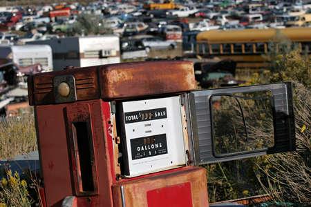 junkyard: bomba de gas viejos, abandonados en un junkyard  Foto de archivo