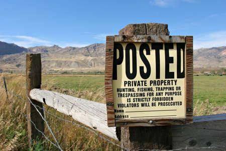 no trespassing: Nuevo signo de propiedad privada en el campo