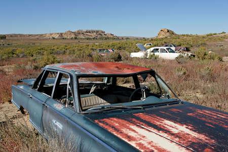 botar basura: veh�culos abandonados en la basura el paisaje rural de Wyoming