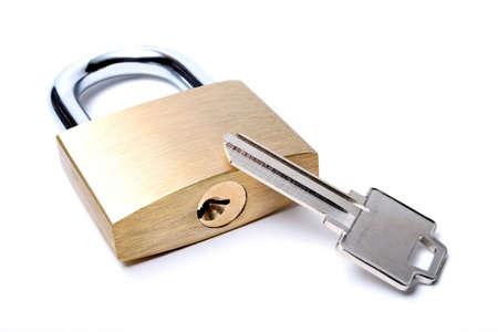 uncut: Serratura con una chiave uncut. Macro su bianco con limitata profondit� di campo.
