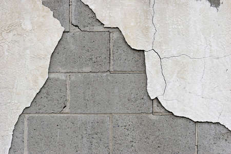in disrepair: parete di fondo, rompendo