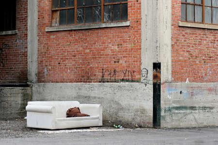 in disrepair: senzatetto salotto della citt�, un divano in un vecchio industriale vicolo