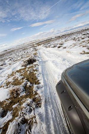 reiste: Stra�e weniger gereist - suv, das eine Remotestra�e in Wyoming bedeckt mit Schnee und Frost erforscht