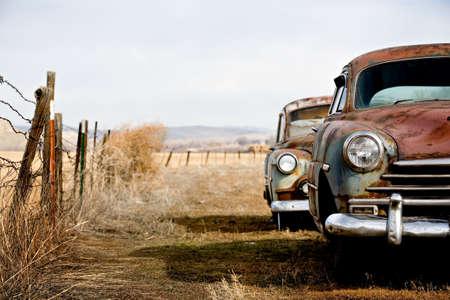voiture ancienne: Voitures anciennes et abandonn�es en train de rouiller dans les zones rurales loin wyoming  Banque d'images