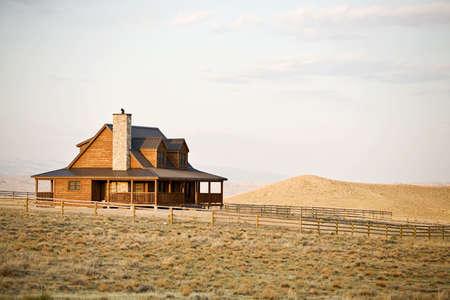 rancho: Rancho casa de nueva construcci�n, a finales de sol, el medio oeste rural Estados Unidos  Foto de archivo