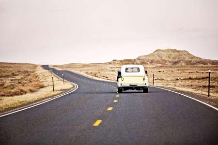 camioneta pick up: la conducci�n de coches de �poca por carretera en Wyoming, dispar� Domingo momentos despu�s de luces detr�s de las monta�as detr�s de nosotros