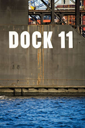 Schwimmenden Trockendock - massive submergible Dock für Schiffsabfälle Inspektion, Reparaturen, etc. Standard-Bild - 3461679