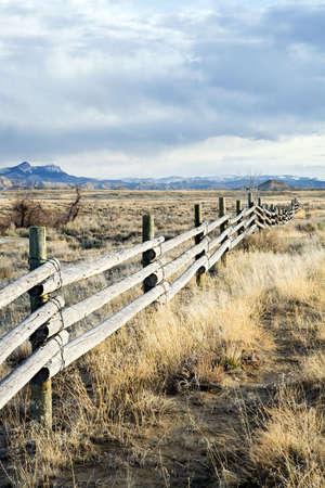 nieużytki: obszarów wiejskich ogrodzenia z systemem za poÅ›rednictwem barren krajobrazu Wyoming Zdjęcie Seryjne