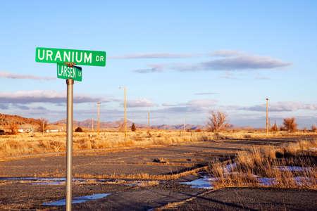 in disrepair: Uranio Drive con strada in rovina. Jeffrey City, Wyoming - una miniera di uranio-Boomtown stabilito circa 1957. La citt� � andato busto, quando la miniera chiusa nel 1982 e il 95% della sua popolazione fuggita citt�.