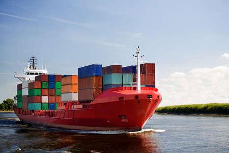 containerschip: lading container schip - vrachtschip navigatiebrug rivier