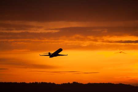 日没で離陸飛行機