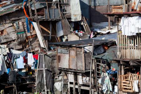 Slum - squatter Häuser. Was zu einer Szene von völliger Unordnung zu sein scheint und Zufälligkeit porträtiert tatsächlich mehrere Wohnungen. Manila, Philippinen. Foto mit Wasserwaage.