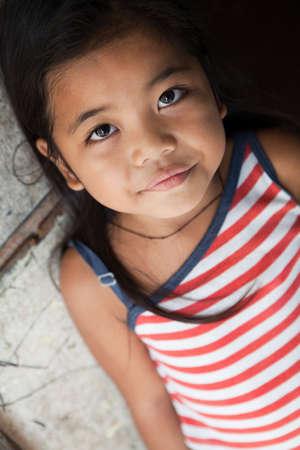 arme kinder: Asiatische m�dchen Portrait - Filipina gegen Wand bei nat�rlichem Licht