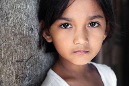 pauvre: Portrait d'une jolie fille de 8 ans dans philippines frapp�s par la pauvret� du quartier, la lumi�re naturelle.