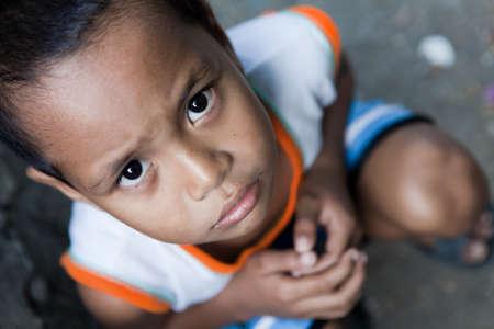 ni�os pobres: Retrato de un joven asi�tico de �rea afectadas por la pobreza. Luz natural, Manila, Filipinas. Foto de archivo