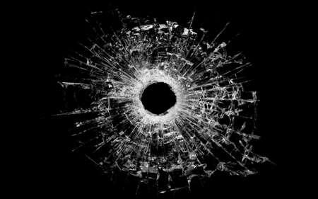 glass broken: bala de taladro en vidrio - detalle de agujero de bala real y aislado en negro