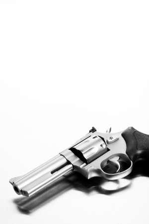 acier bross�?: canon sur surface acier bross� - revolver moderne
