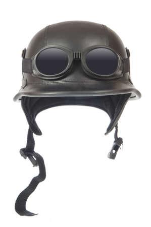 casco de moto: Casco de motocicleta anticuado con gafas, aislados en blanco  Foto de archivo