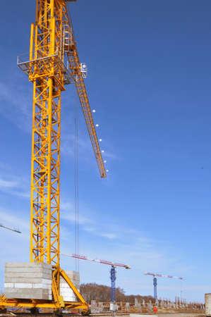 grue  tour: Vue d'une grue � tour sur un chantier de construction