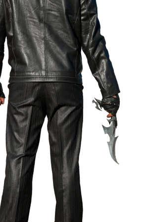 espadas medievales: Hombre de negro con un cuchillo antigua sobre un fondo blanco  Foto de archivo