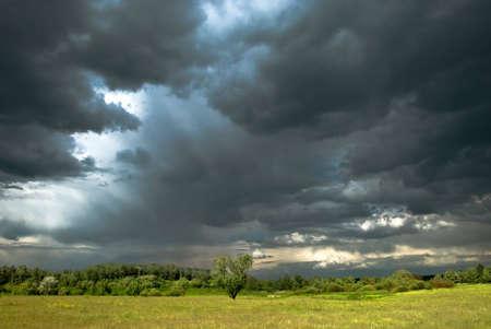 Stormachtige dag met donkere wolken, regen en herfst kleuren