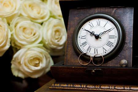 orologi antichi: anelli di nozze e orologi antichi.