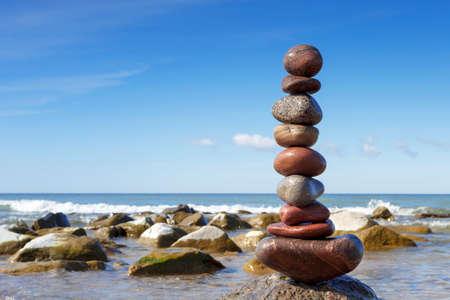 Piedras de equilibrio en el mar Foto de archivo
