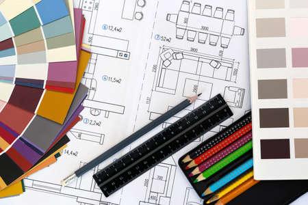 Selectie van kleuren en materialen voor het ontwerp en de renovatie van woningen. De lay-out van de woonkamer en kleuren palet