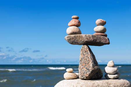 Concept van harmonie en evenwicht. Evenwicht stenen tegen de zee. Rock zen in de vorm van schalen Stockfoto