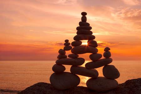 Concept van harmonie en evenwicht. Rock Zen bij zonsondergang. Balans en evenwicht stenen tegen de zee