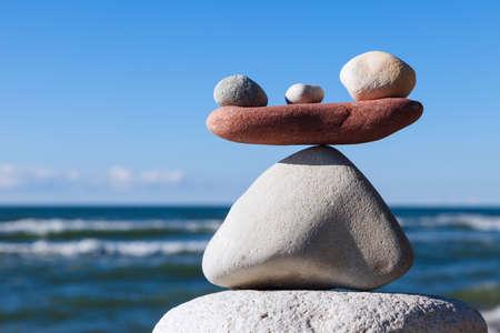 Concept van harmonie en evenwicht. Balans en evenwicht stenen tegen de zee. Rock zen in de vorm van schalen
