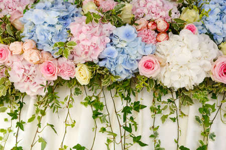mooie huwelijksdecoratie van roze en blauwe hortensia's en rozen. Bloemenachtergrond voor huwelijksscène