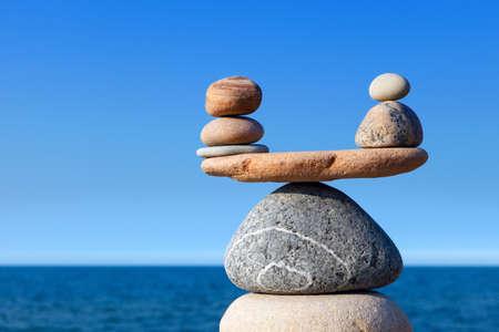 Concept de l'harmonie et l'équilibre. Solde des pierres contre la mer. Rocher zen sous la forme d'écailles Banque d'images