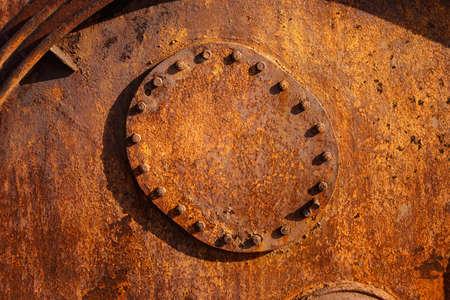aljibe: Viejo, oxidado del metal Fondo del grunge. barril de hierro, cisterna