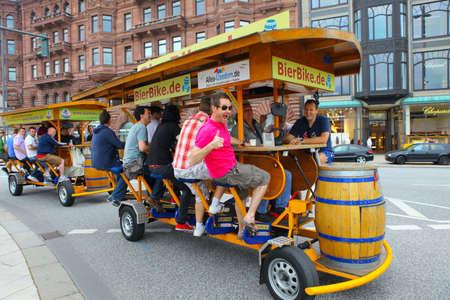 Hamburg, Duitsland 25 juni 2011: Bierfiets op de straten van Hamburg Redactioneel
