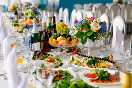 Muy bien servida mesa festiva en el gran salón. Enfoque suave, enfoque selectivo