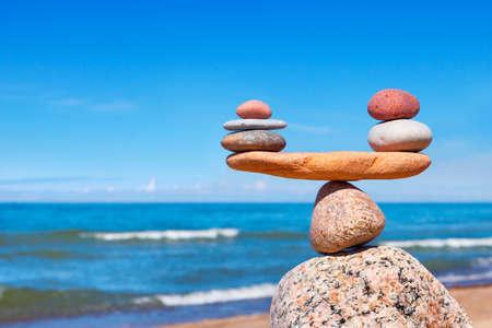Concepto de armonía y equilibrio. Piedras del balance contra el mar. zen de la roca en forma de escamas Foto de archivo