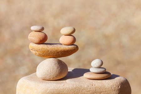 Symbolische schalen van stenen op onscherpe achtergrond. Concept van harmonie en balans. Voors en tegens concept. Soft focus, selectieve aandacht Stockfoto