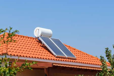 家の屋根の太陽水暖房パネルと水コレクター 写真素材 - 107735437