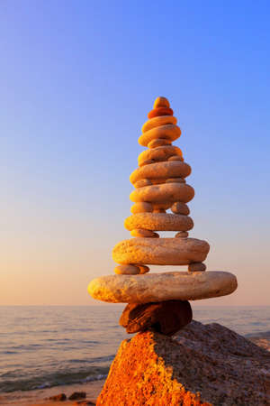 Stones balance on a background of sea sunset. Calm and meditation. Concept of harmony and balance. Stockfoto