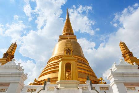 Beautiful golden stupa of the Buddhist temple Wat Bowonniwetwiharn Ratchaworawiharn, Bangkok, Thailand 版權商用圖片