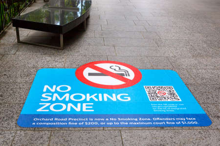SINGAPORE-November 28, 2019: Sign no smoking zone on the sidewalk Orchard Road, Singapore Publikacyjne