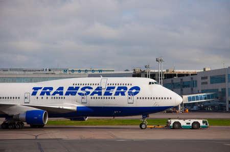 747 400: Mosca, all'aeroporto Domodedovo - 20130927 traino di Transaero Boeing 747-400 sulla pista
