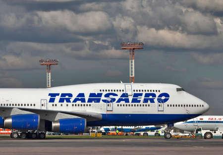 747 400: Mosca, all'aeroporto Domodedovo - 20130927: pre-partenza manutenzione di Transaero Boeing 747-400