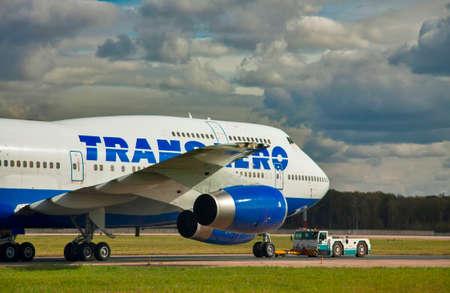 747 400: Mosca, all'aeroporto Domodedovo - 20130927 traino di Transaero Boeing 747-400