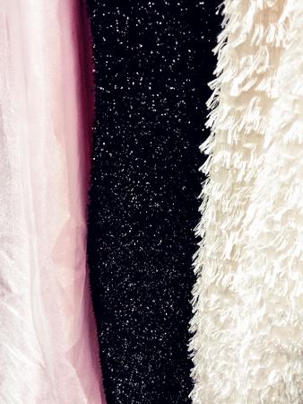 Primo piano di tre strutture del tessuto dell'abito di contrasto