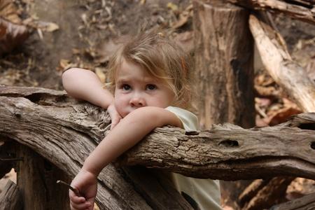木製の橋の上に悲しい女の子