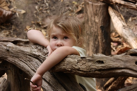 verdrietig meisje op een houten brug