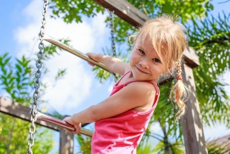 niños en area de juegos: la niña en el patio de recreo