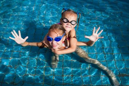 ni�as jugando: dos ni�as jugando en la piscina Foto de archivo